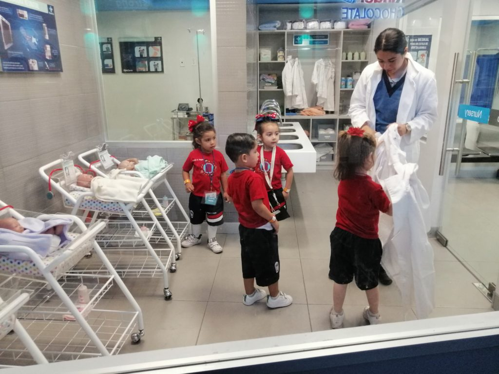 Niños jugando a ser doctores en Kidzania Guadalajara.
